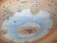 Peinture murale au plafond.