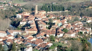 Vue aérienne de Rieux-Volvestre. La Tourasse apparaît en vert (travaux).