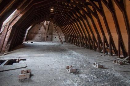 La charpente du toit, en coque de bateau inversée.